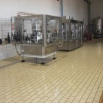 Vacuum bottling plant with labeling
